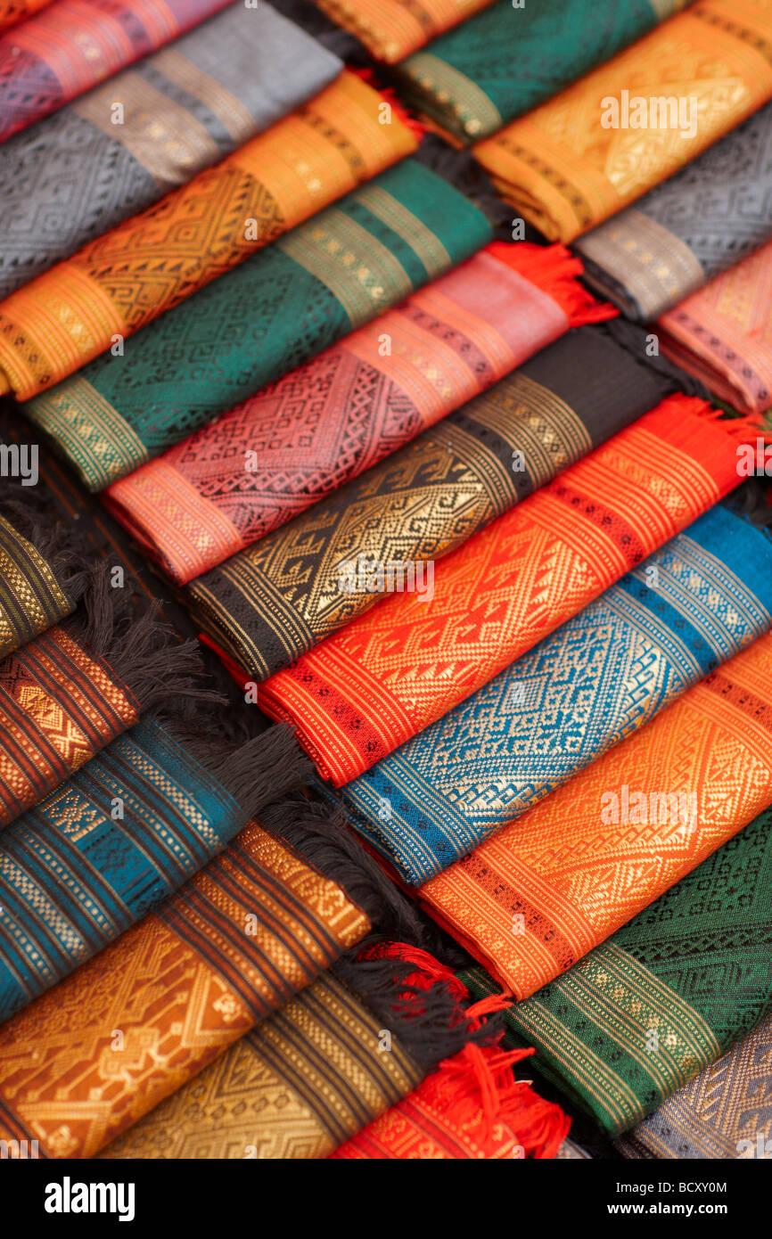 Tessuti di seta per la vendita nel mercato notturno, Luang Prabang, Laos Immagini Stock