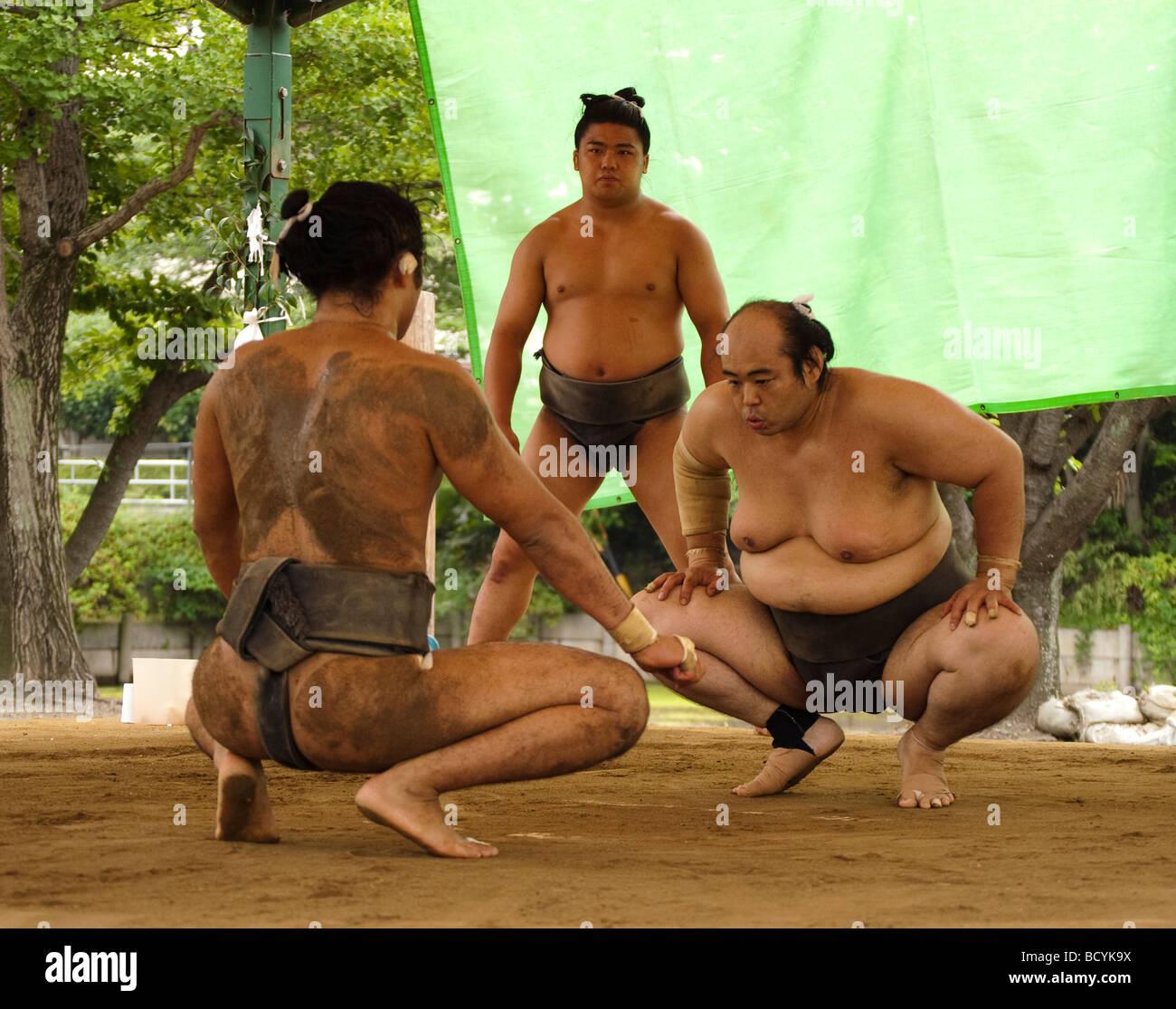 La mattina presto la pratica di sumo prima del torneo di Nagoya, Kyuka Koen (nove fiori Parco), Kuwana, Mie, Giappone Immagini Stock