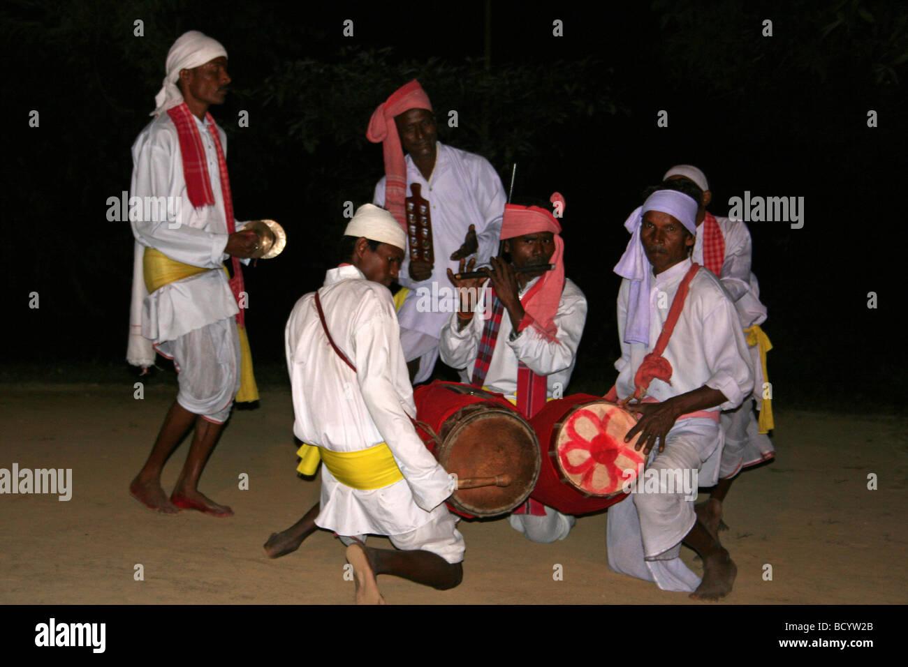 I musicisti di una tribù di tè balli di gruppo di eseguire nello Stato di Assam, in India Immagini Stock