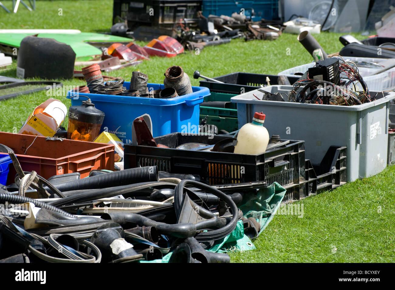 Parti di ricambio per automobili e pezzi di ricambio su un guazzabuglio auto stallo a un incontro di appassionati Immagini Stock