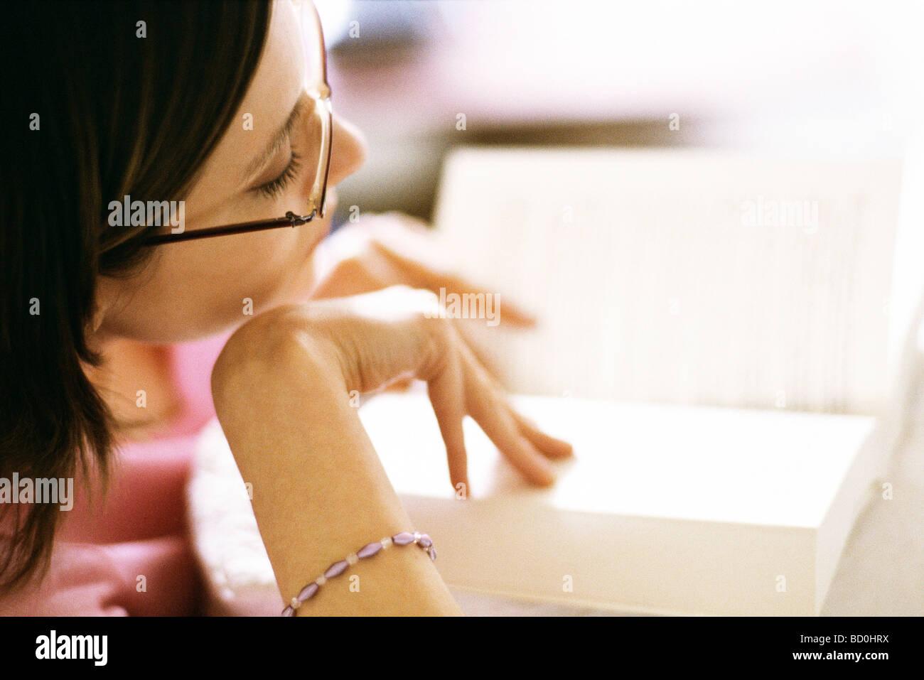 Donna libro lettura, close-up Immagini Stock