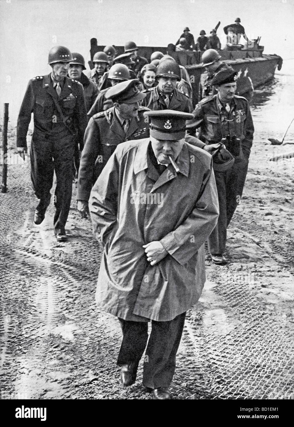 WINSTON CHURCHILL attraversa il Reno il 25 marzo 1945 con noi e British generals - vedere la descrizione riportata Immagini Stock