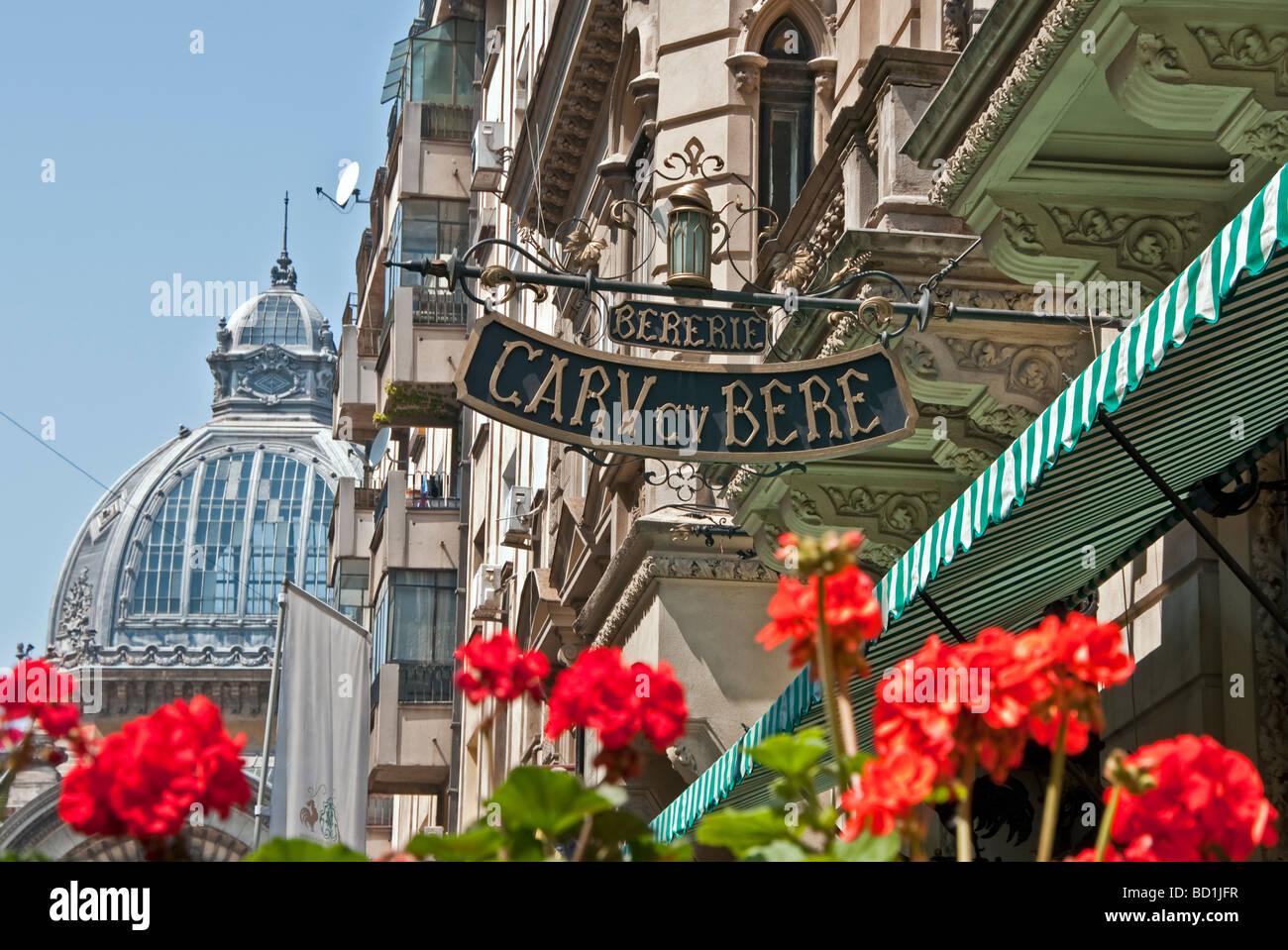 La cattedrale di birra nel centro di Bucarest è il Carv cu Bere, anche un ristorante che serve vino Immagini Stock