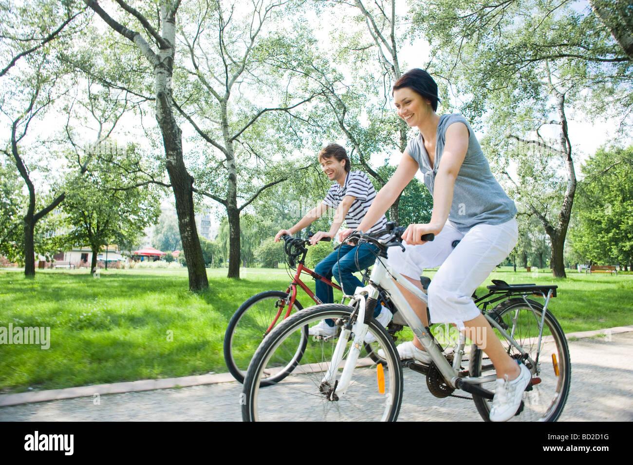 Matura in sella per biciclette in posizione di parcheggio Immagini Stock