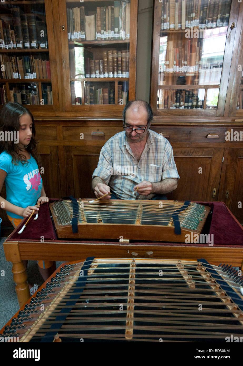 I bambini greci a lezione di musica imparare a suonare santouri tradizionale strumento a corda in Agiassos La sull Immagini Stock