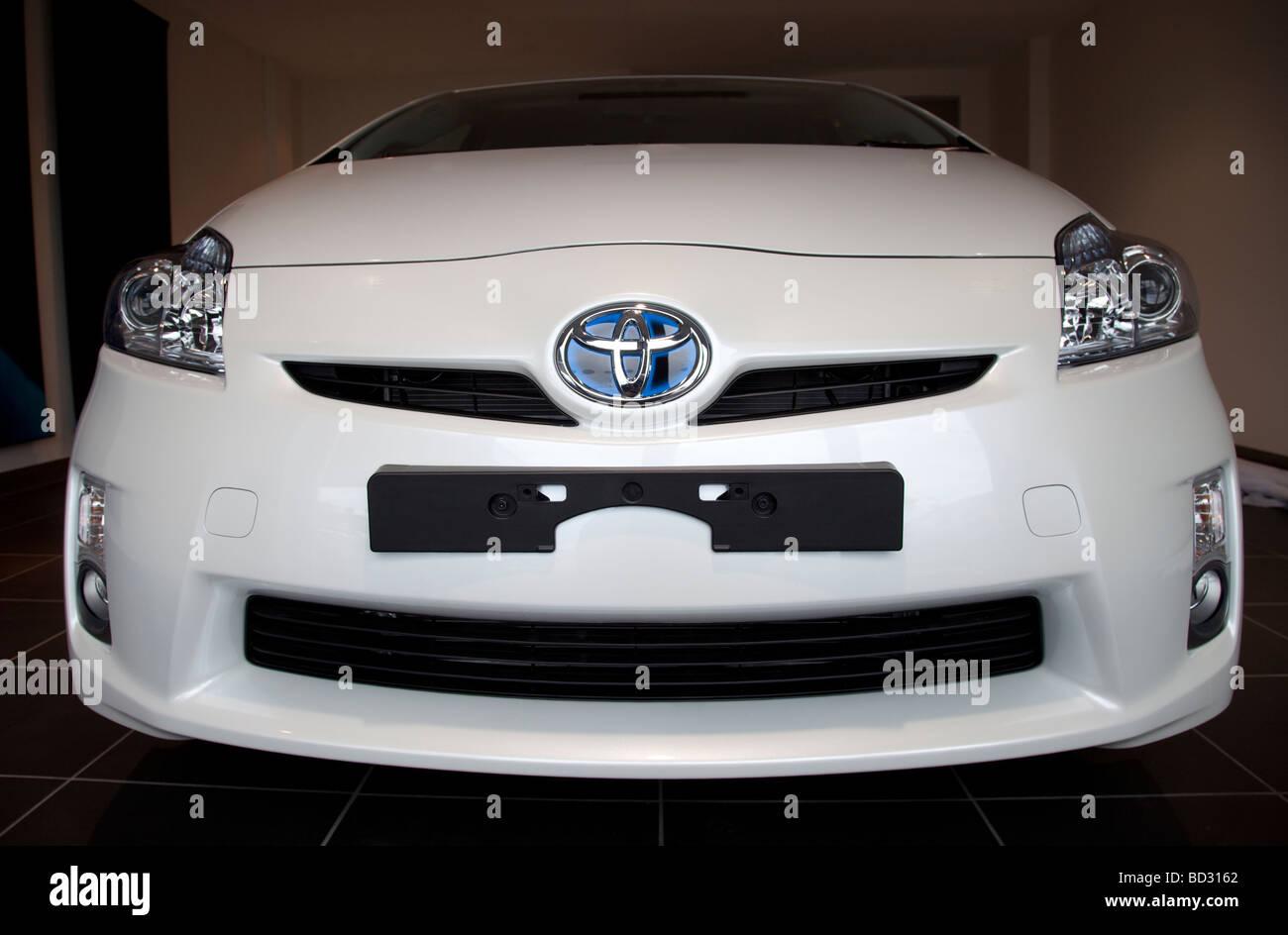 Vista frontale bianco Toyota Prius T3 2009 Immagini Stock