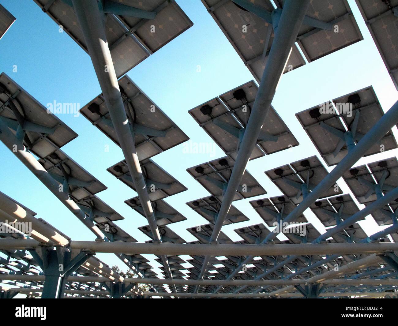 Pannelli solari creazione ombra sul tetto Immagini Stock
