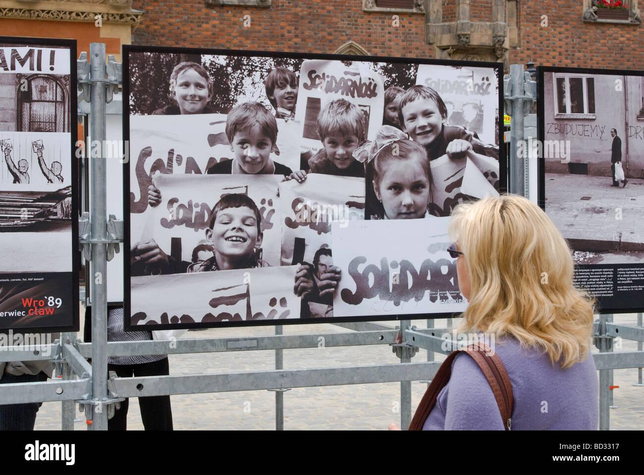 I bambini con segni di solidarietà nella foto storiche, Wrocław giugno 1989, il crollo del comunismo, visualizzato Immagini Stock