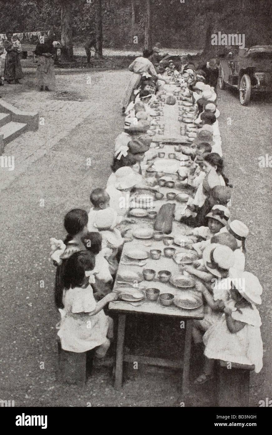 Gli orfani e i bambini rifugiati che viene alimentato al Chateau de Grand Val in sucy en brie Francia durante la Immagini Stock