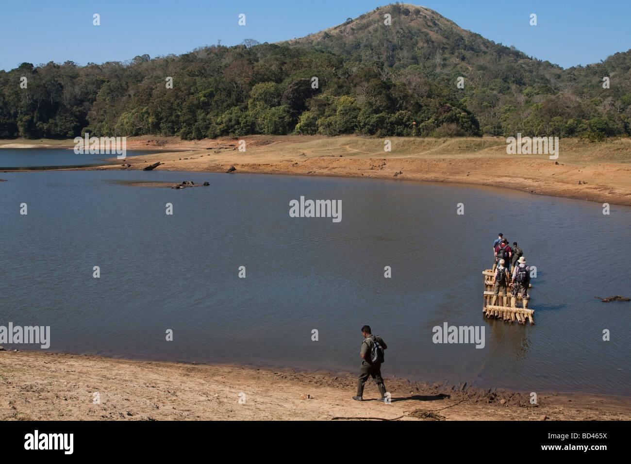 India Kerala Parco Nazionale del Periyar guida turistica e eco turisti essendo traghettato su zattera di bambù Immagini Stock