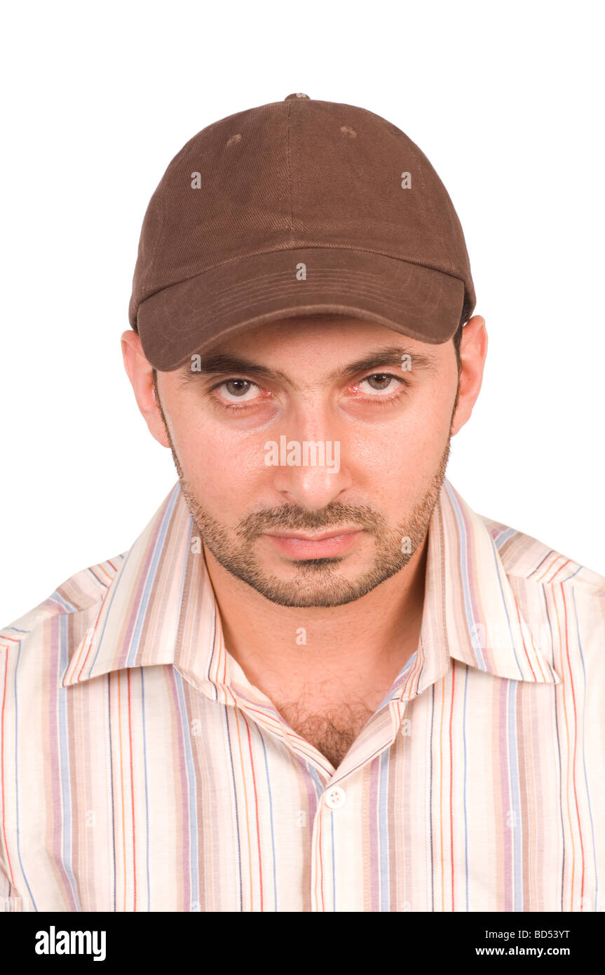 Uomo che indossa un cappello da baseball fissando fotocamera contro uno  sfondo bianco Immagini Stock d5a23f70e9fe