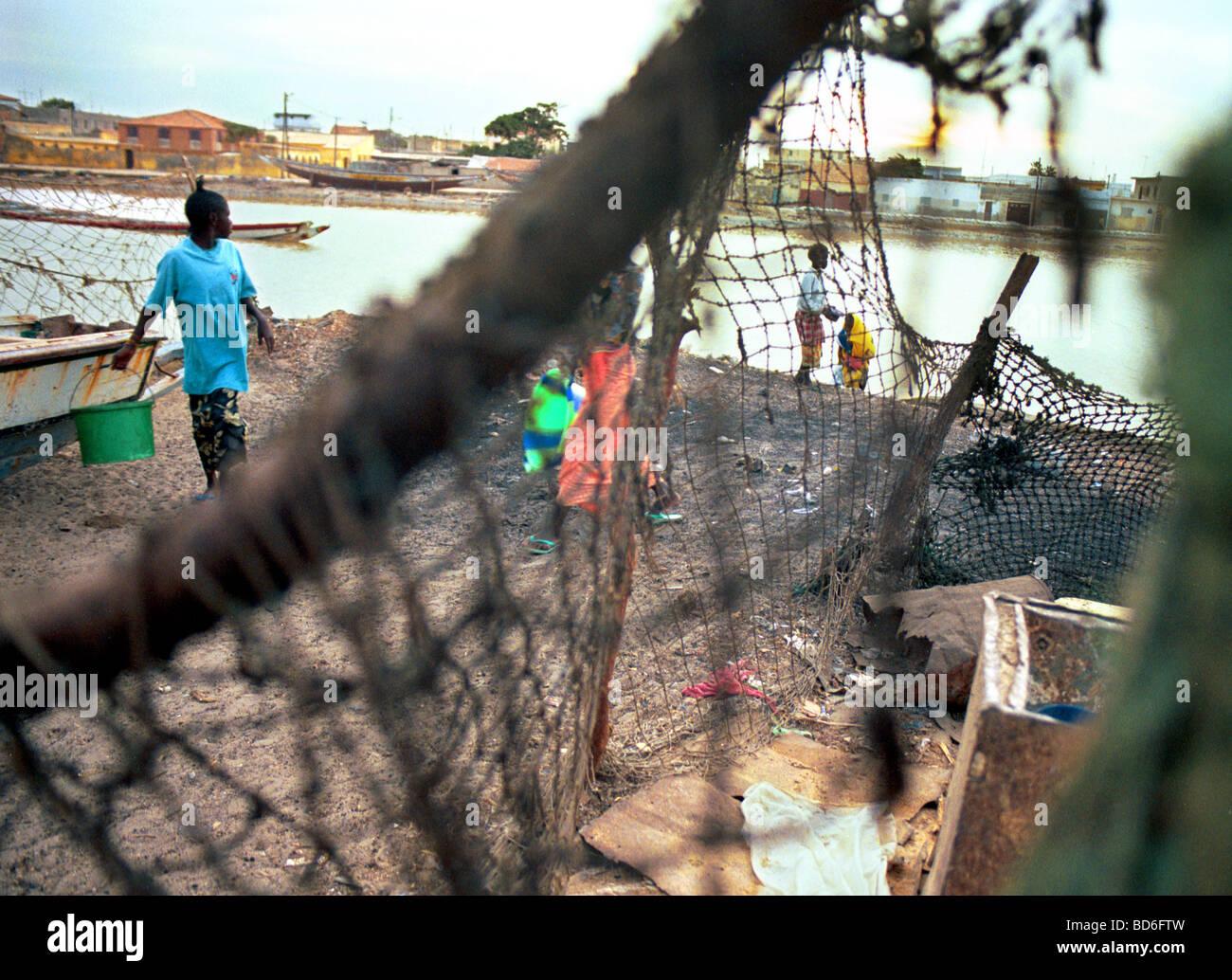 Le donne e i bambini raccogliere dall'acqua in Africa occidentale. (Foto di Ami vitale) Immagini Stock
