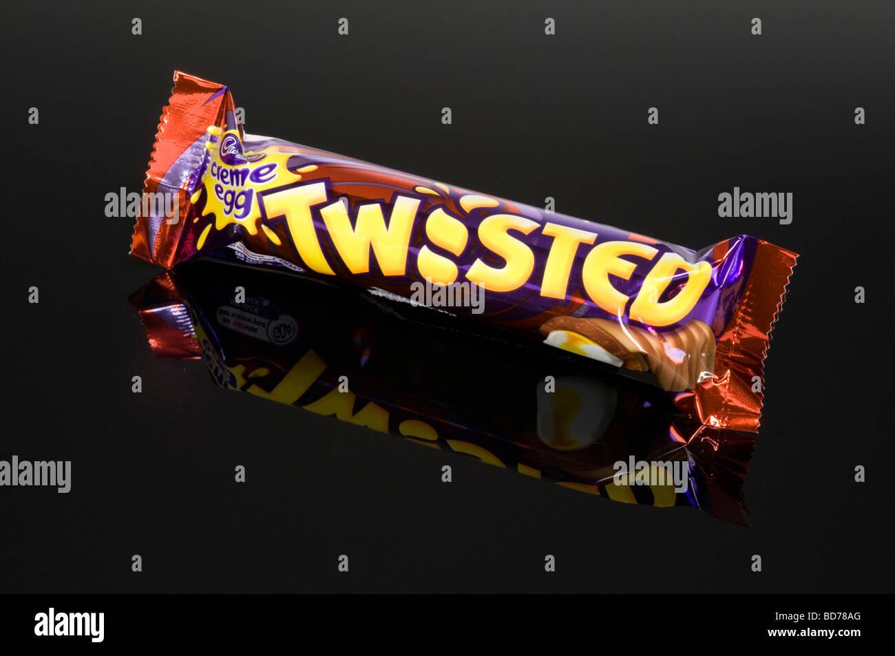 Crema di uovo di cioccolato ritorto Bar su sfondo nero girato in studio Immagini Stock
