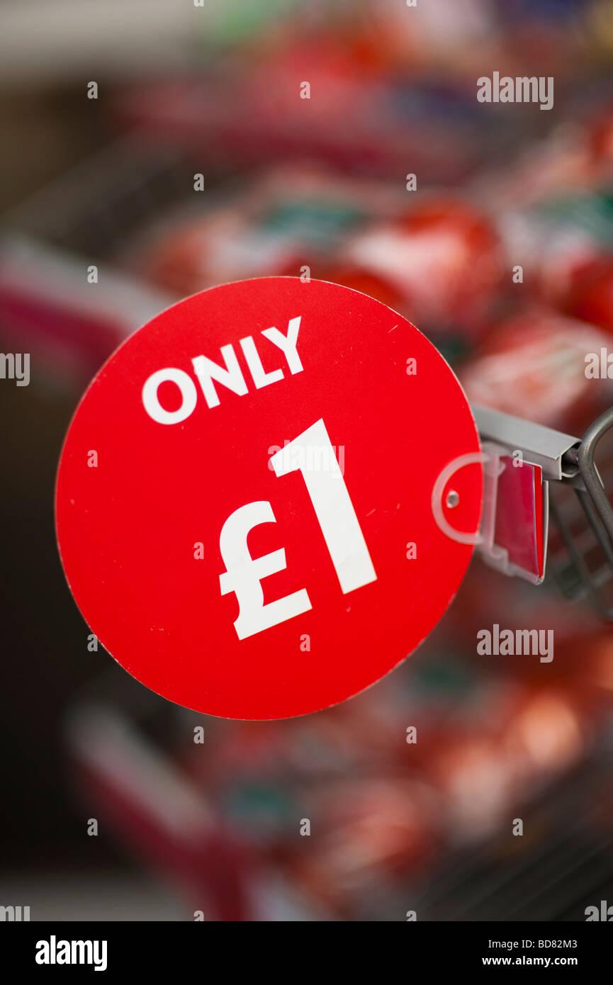 Solo 1 a buon mercato affare pomodori in vendita al di fuori del Supermercato UK Immagini Stock