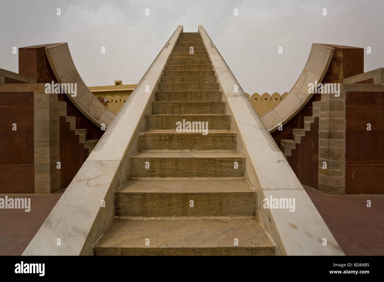 Strumenti strani grandi come edifici a Jantar Mantar osservatorio di Jaipur Immagini Stock