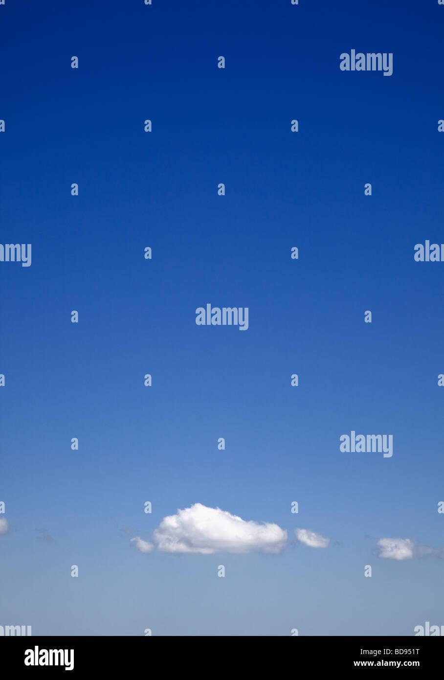 Cielo blu con nuvole cumulus Immagini Stock
