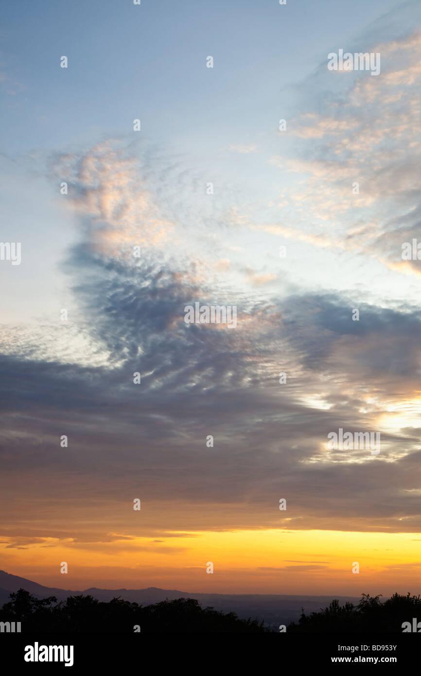 Cielo di tramonto su orizzonte con nubi stratocumulus Immagini Stock