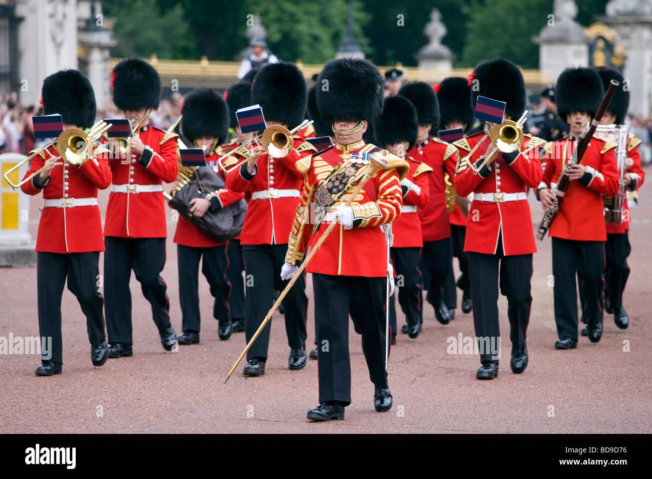La banda delle guardie di Coldstream lascia Buckingham Palace dopo aver  cambiato la guardia 9dc95c59fdfd