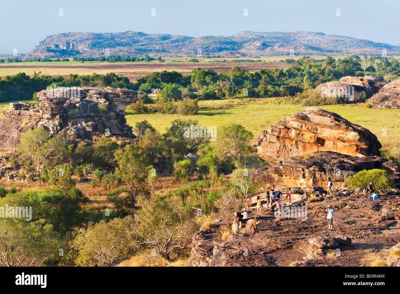 Turisti si riuniscono su Ubirr Rock per ammirare il tramonto. Kakadu National Park Immagini Stock