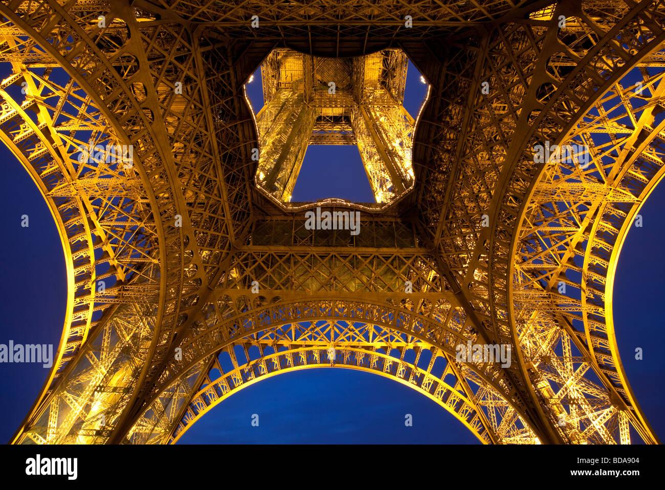 La torre Eiffel di notte, Parigi Francia Immagini Stock