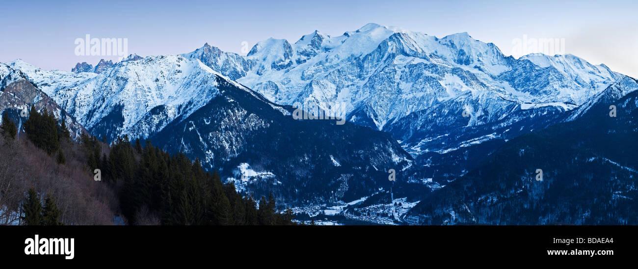 Valle di Chamonix Mont Blanc e il massiccio del Monte Bianco gamma di montagna sulle alpi francesi Haute Savoie Immagini Stock