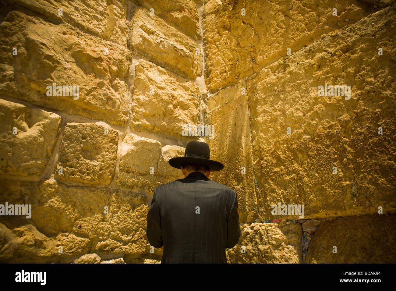 Un uomo in preghiera al Muro del Pianto a Gerusalemme Immagini Stock