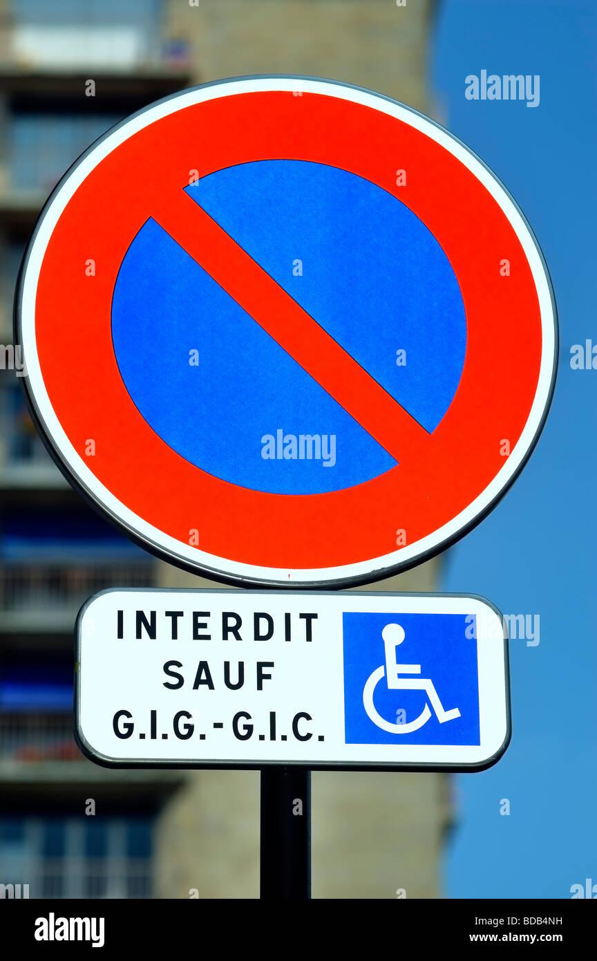 """Parigi Francia, strada dettaglio francese cartello stradale """"No parcheggio tranne che per i portatori di handicap' Immagini Stock"""