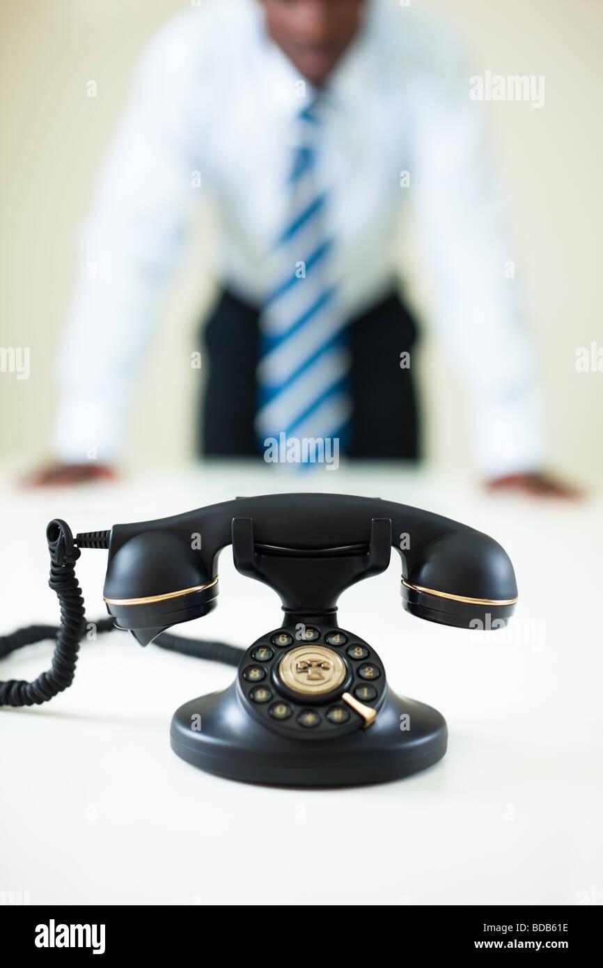 Afro American businessman in attesa di una chiamata. Messa a fuoco selettiva sul telefono Immagini Stock