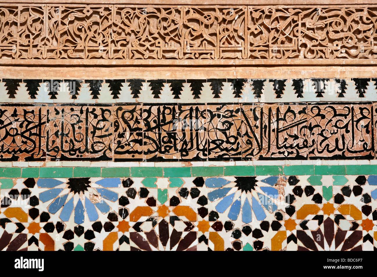 Colorate piastrelle islamica la calligrafia araba e stucco in
