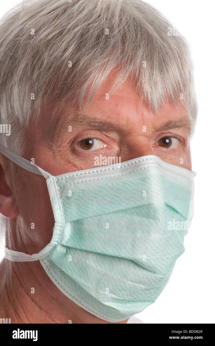 Senior uomo con una maschera di bocca per prevenire l'influenza Immagini Stock
