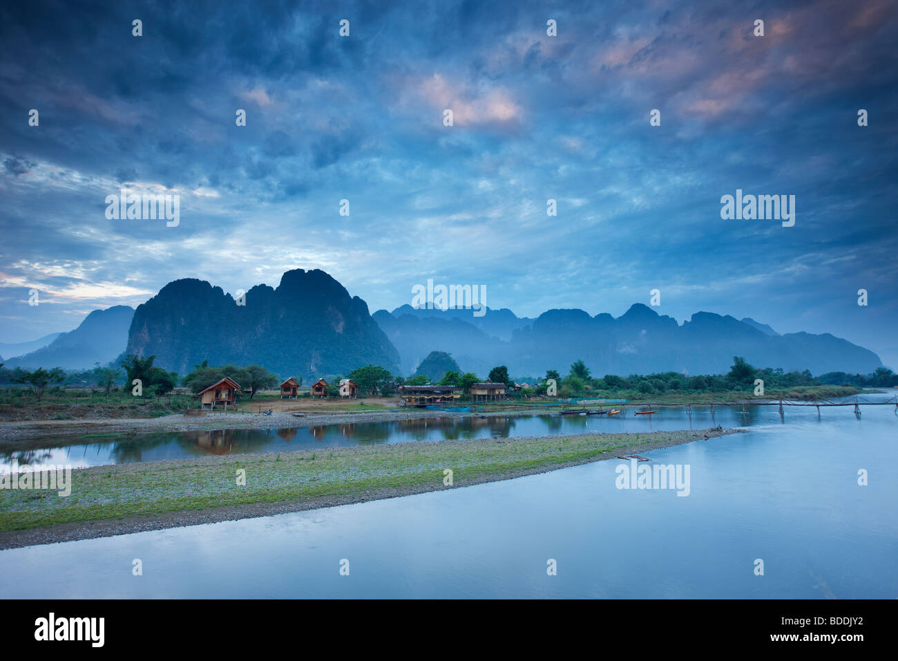 Alba sulle montagne e Nam Song River a Vang Vieng, Laos Immagini Stock