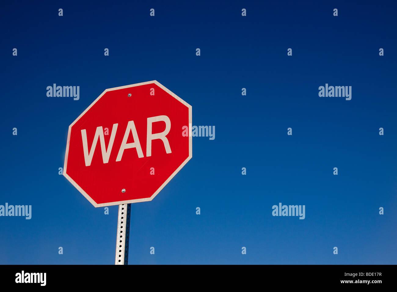 """Un cartello stradale dicendo 'STOP LA GUERRA"""" Immagini Stock"""