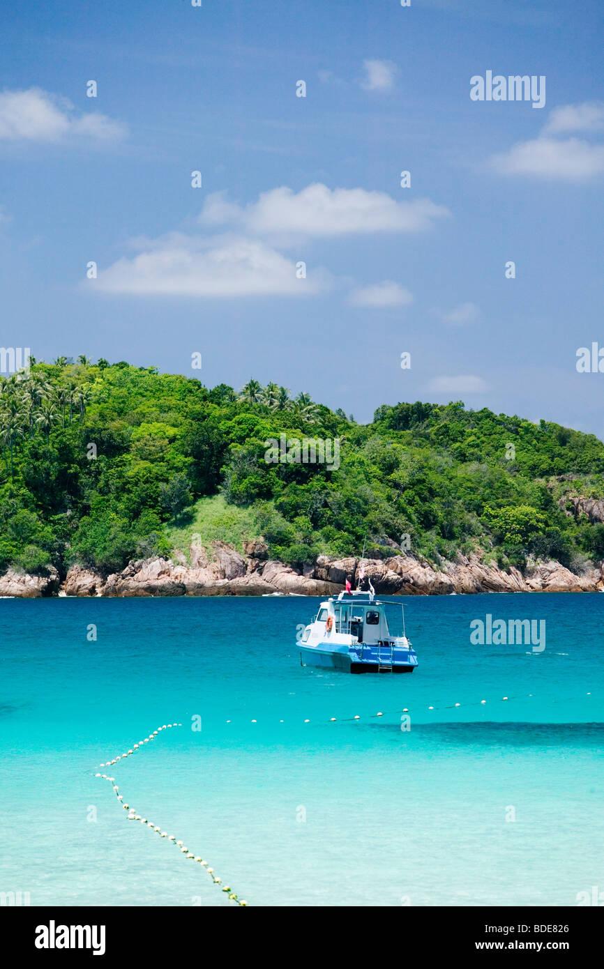 Una barca galleggianti in azzuro chiaro acqua in Pulau Redang, Malaysia. Immagini Stock