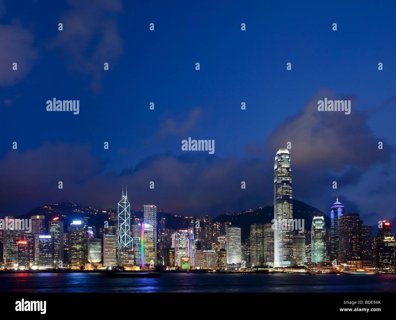 Vista sul Porto Victoria di edifici alti in notturna a Hong Kong, Cina. Immagini Stock