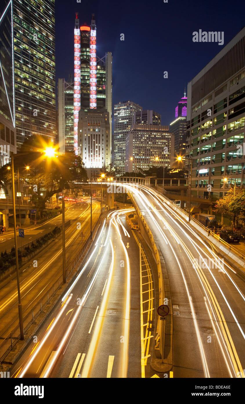 Un edificio alto e sentieri per auto a notte nel Distretto Centrale, Chung Wan, Hong Kong, Cina. Immagini Stock