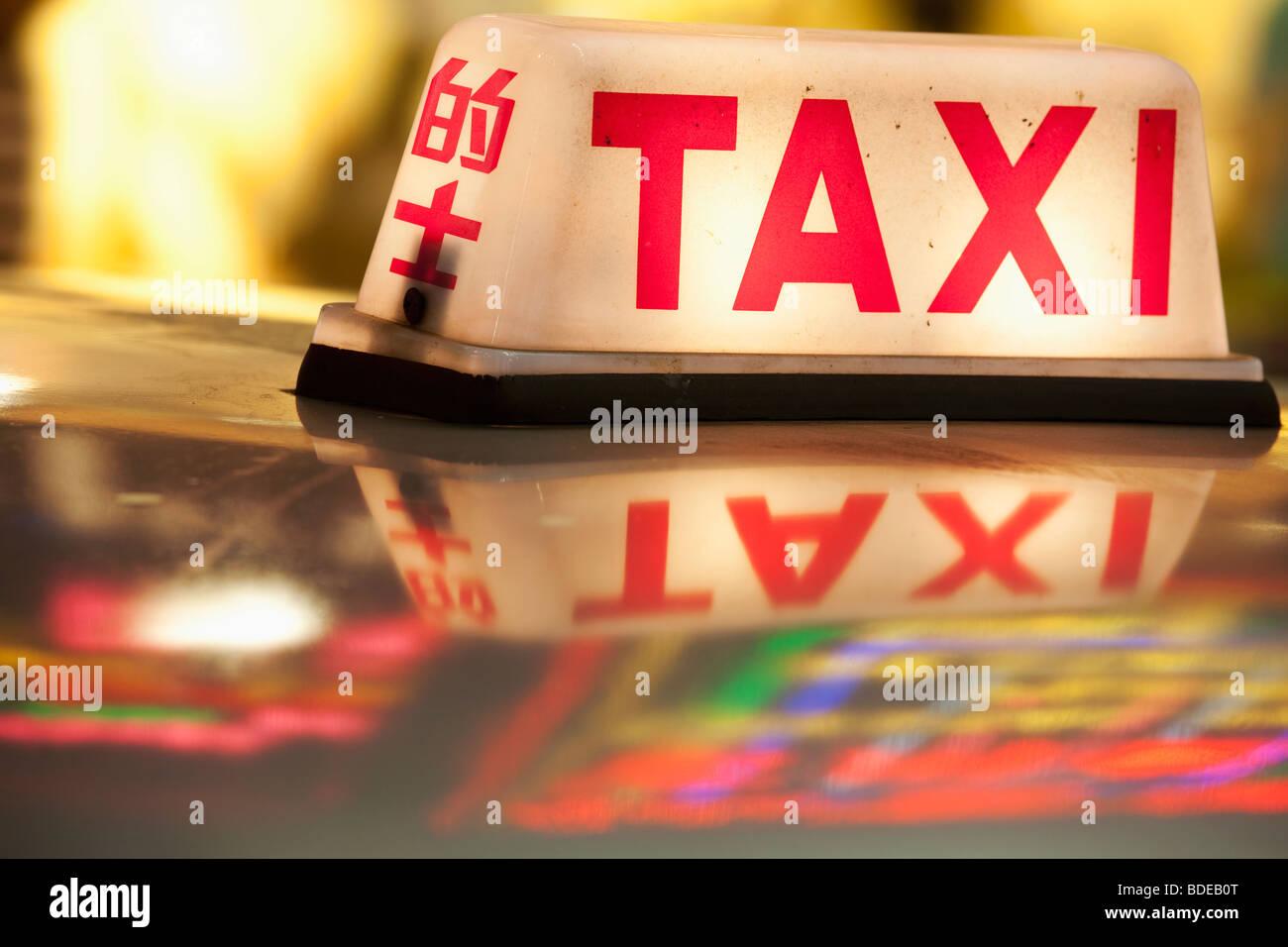 Insegne al neon e luce taxi Tsim Sha Tsui di Kowloon Hong Kong Cina Foto Stock