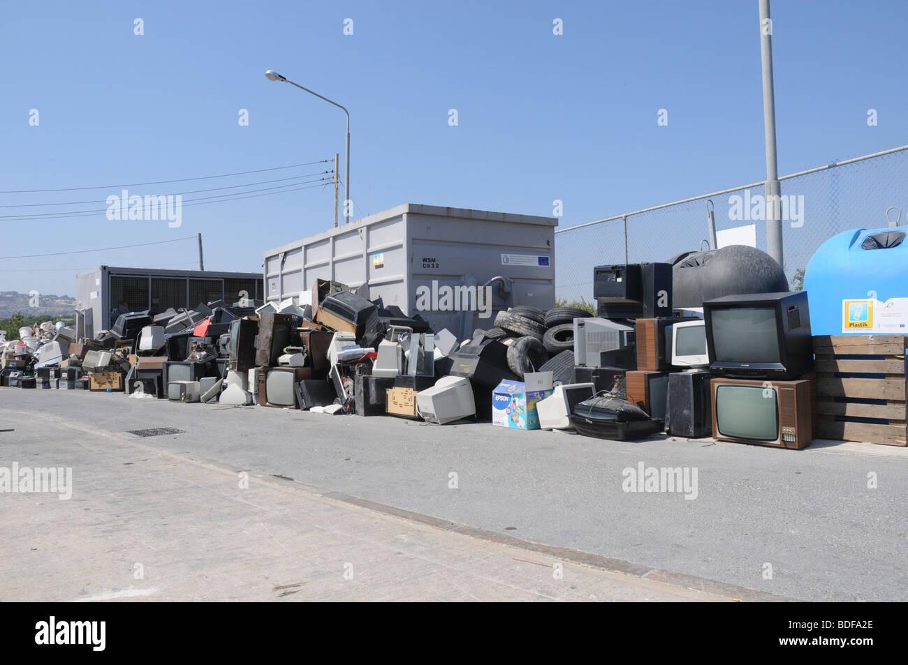 Una sezione in un servizio civili sito dove pneumatici usati e gli apparecchi elettrici sono disposti per il riciclaggio. Immagini Stock