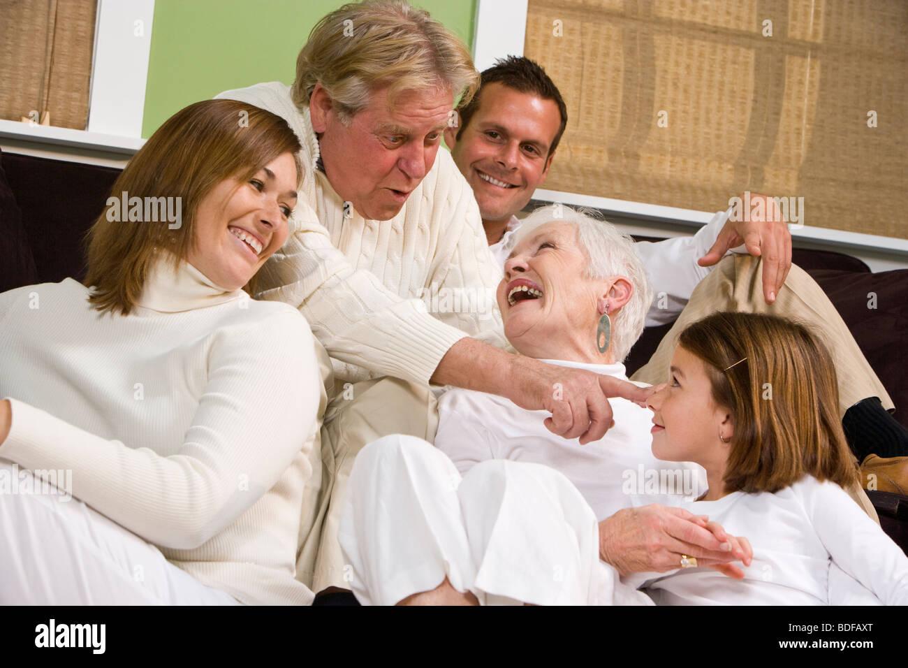 Felice multi-generazionale che pongono la famiglia in soggiorno Foto Stock
