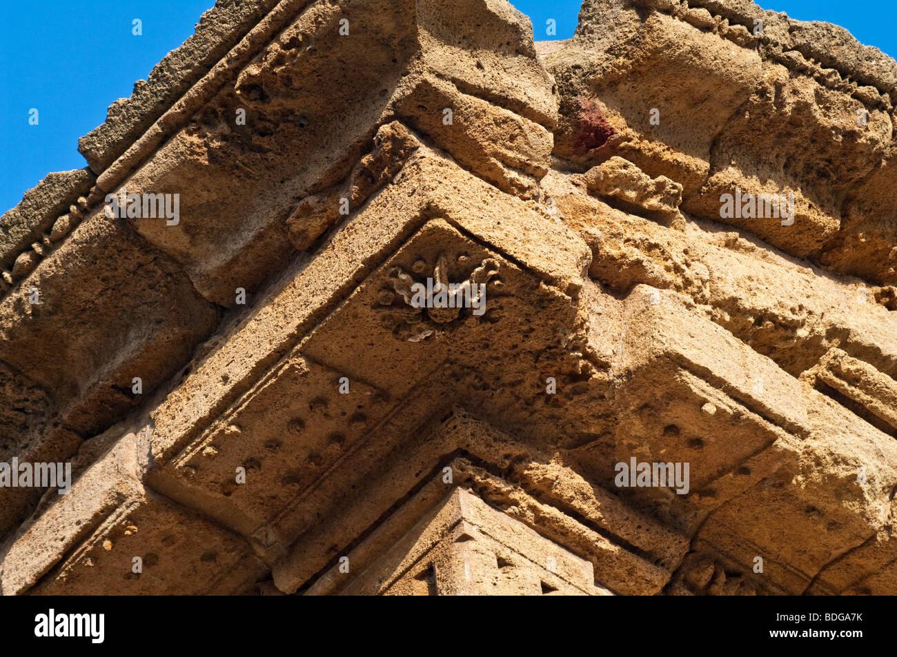 Dettaglio del cornicione sul cosiddetto tempio di Castore e Polluce nel Santuario della divinità Chthonic a Agrigento. Foto Stock