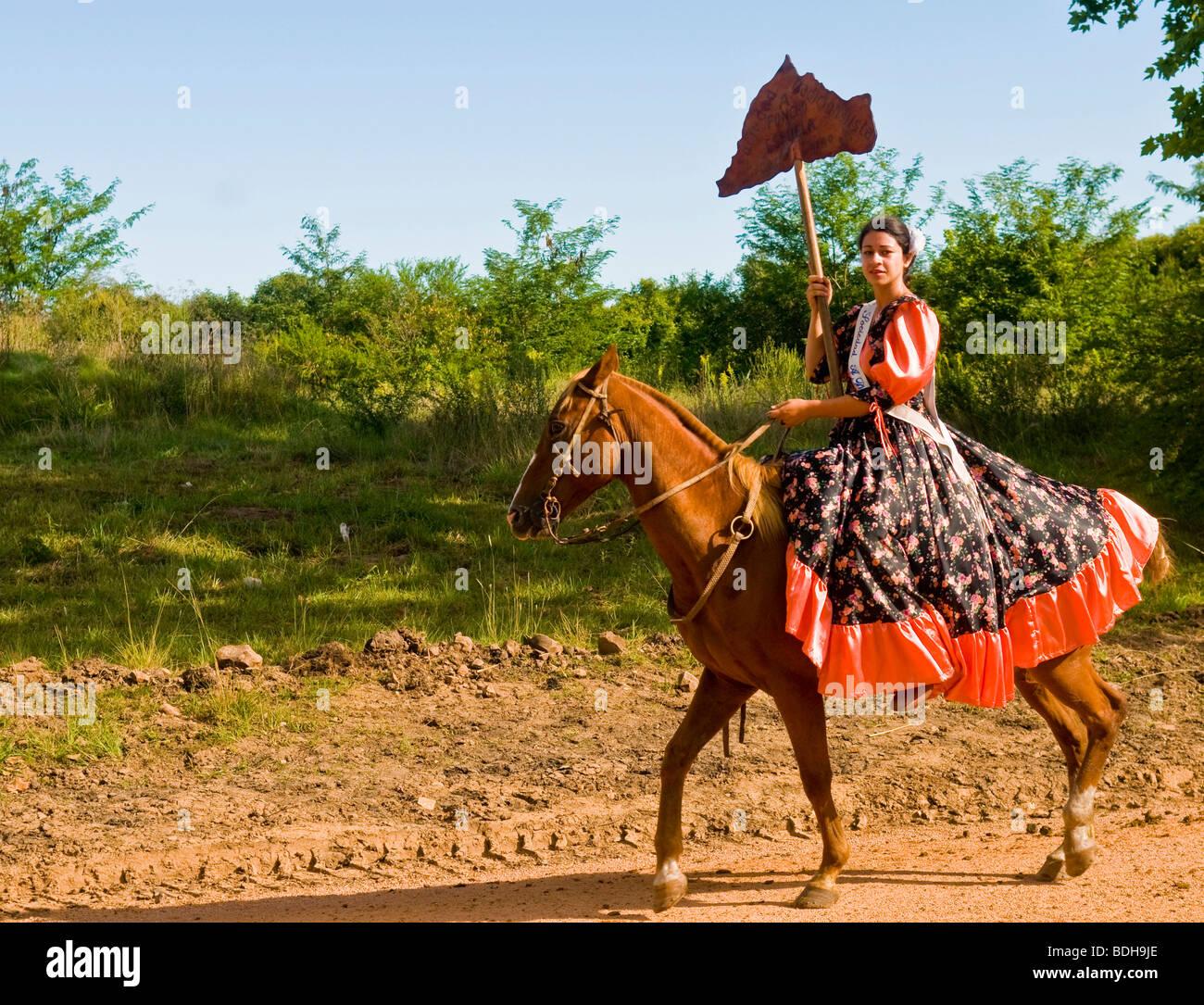 """Una ragazza partecipante al festival annuale di """"Patria Gaucha' in Tacuarembó , Uruguay Immagini Stock"""