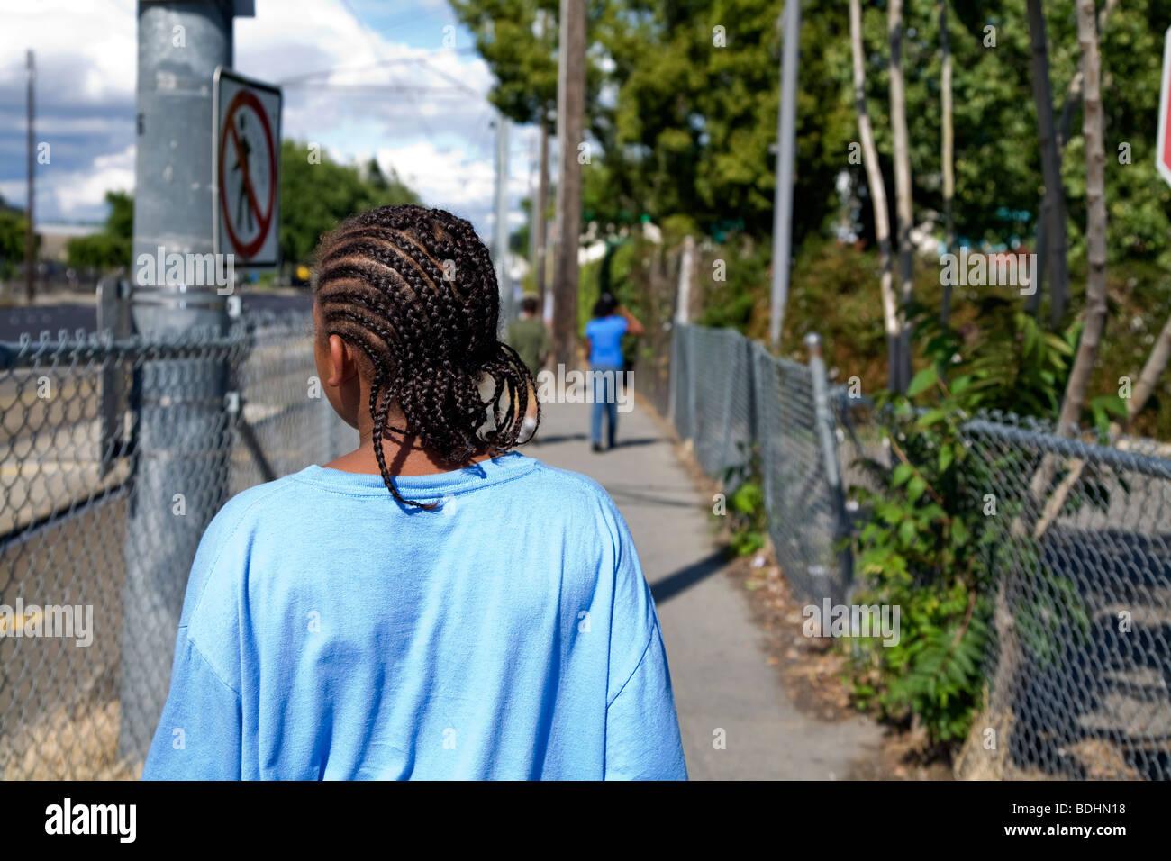 Selena Pina, una casa madre di quattro, fa una passeggiata nel pomeriggio con i suoi figli nel Sacramento, CA. Foto Stock