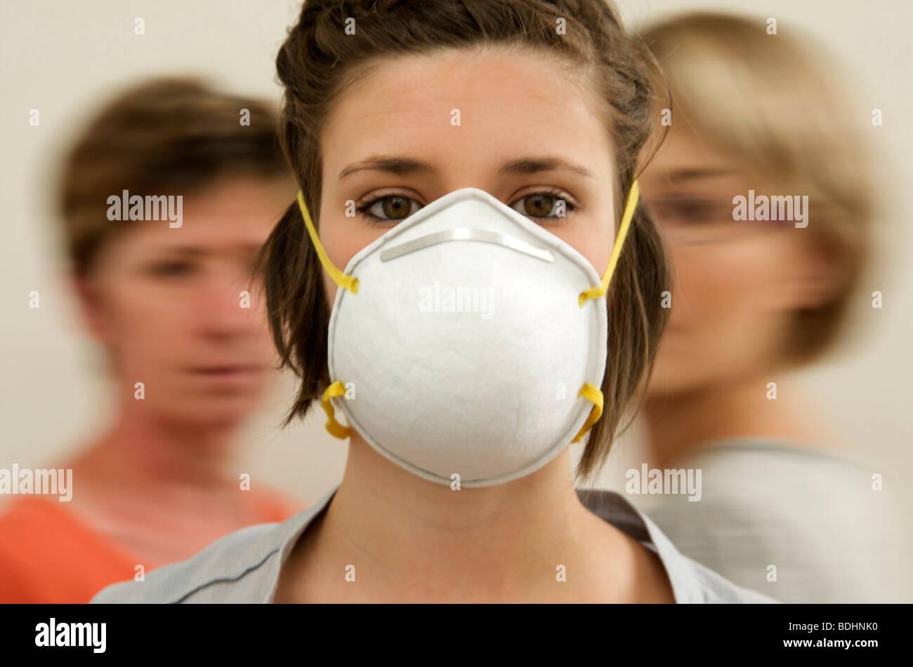 Le donne indossano influenza chirurgico / virus SARS / maschera di inquinamento Immagini Stock