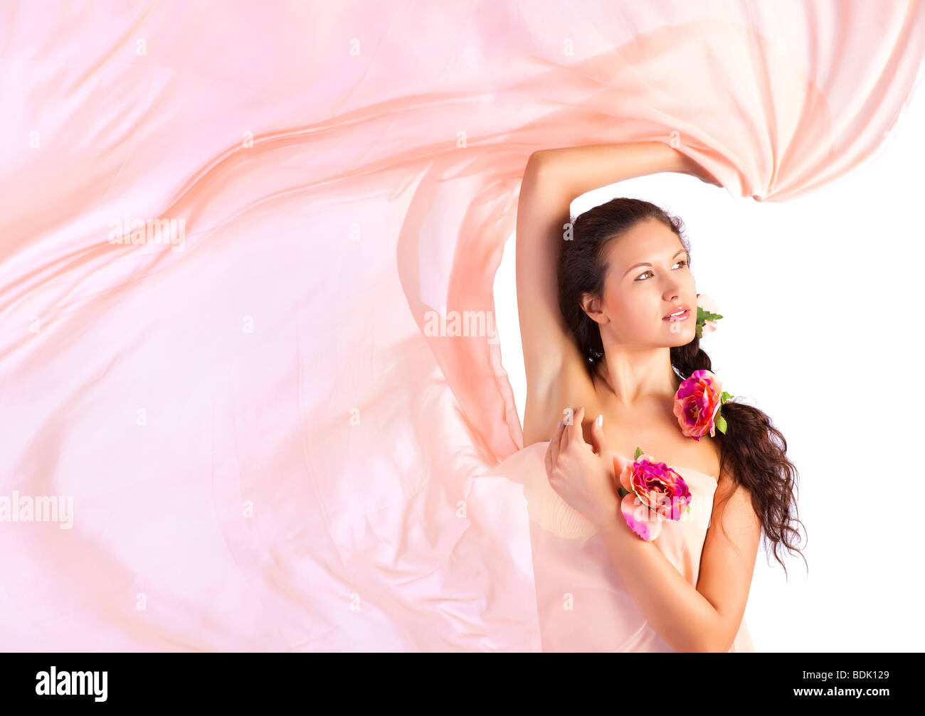 Giovane donna con tessuto di colore rosa. Isolato su bianco. Immagini Stock