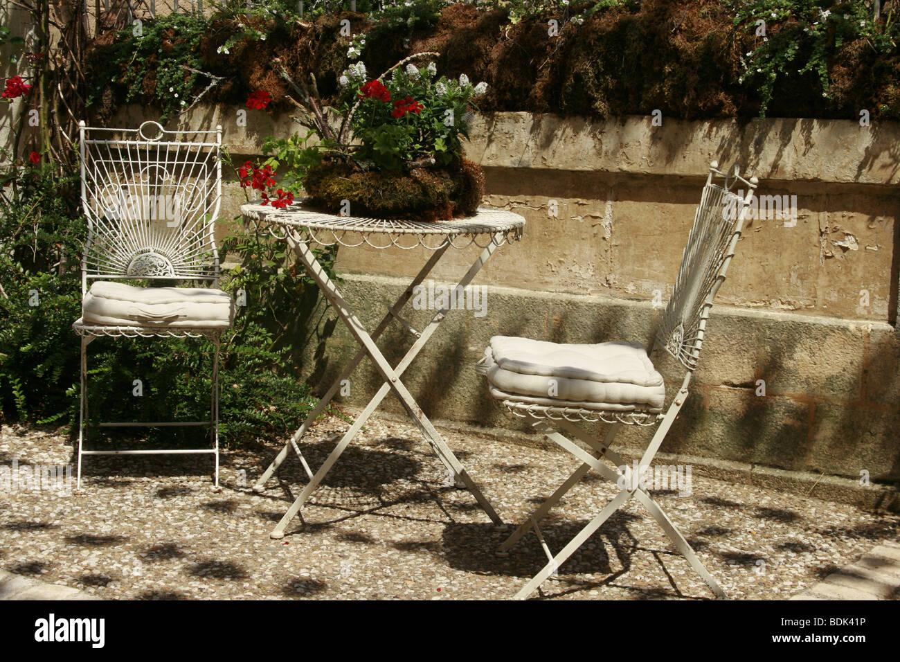 Sedie Francesi Da Giardino : Due sedie da giardino e tavolo sulla pavimentazione di una