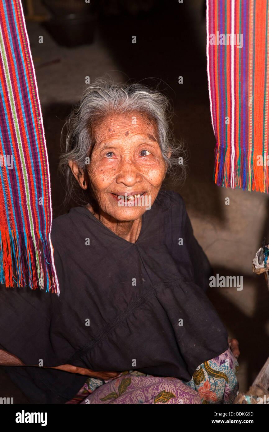 Indonesia, Lombok, Sade, tradizionale villaggio Sasak, anziani weaver con occhi difettoso Immagini Stock