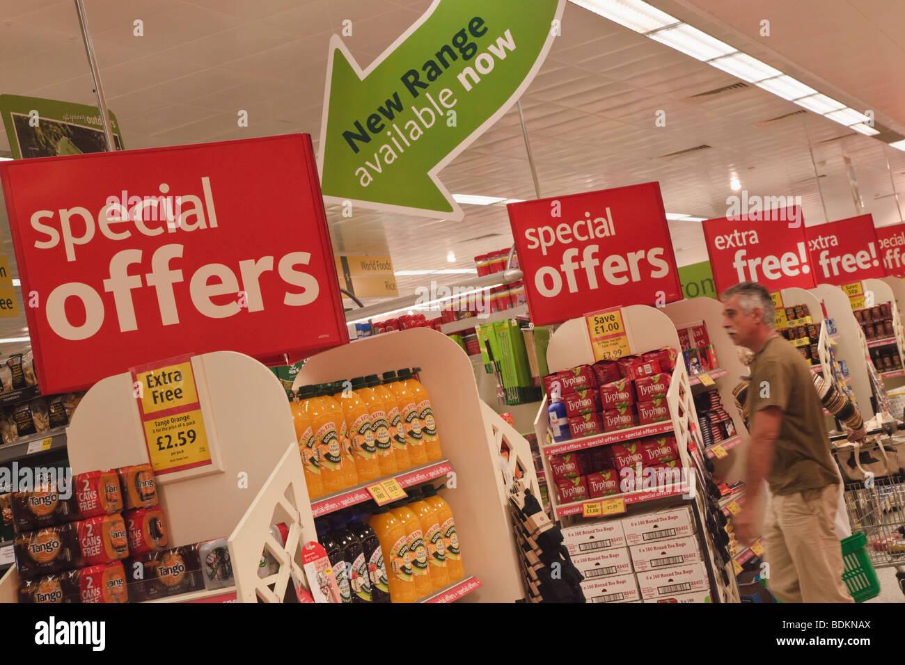 Fila di offerte speciali segni di Morrisons supermercato, Gibilterra Immagini Stock