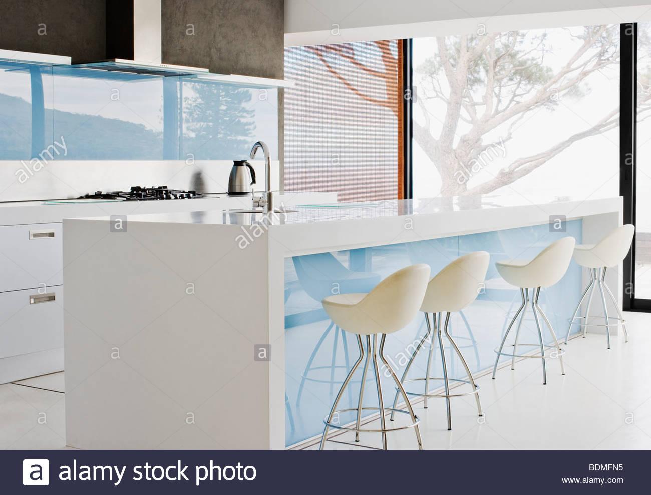 Isola di contatore e sgabelli in cucina moderna foto & immagine