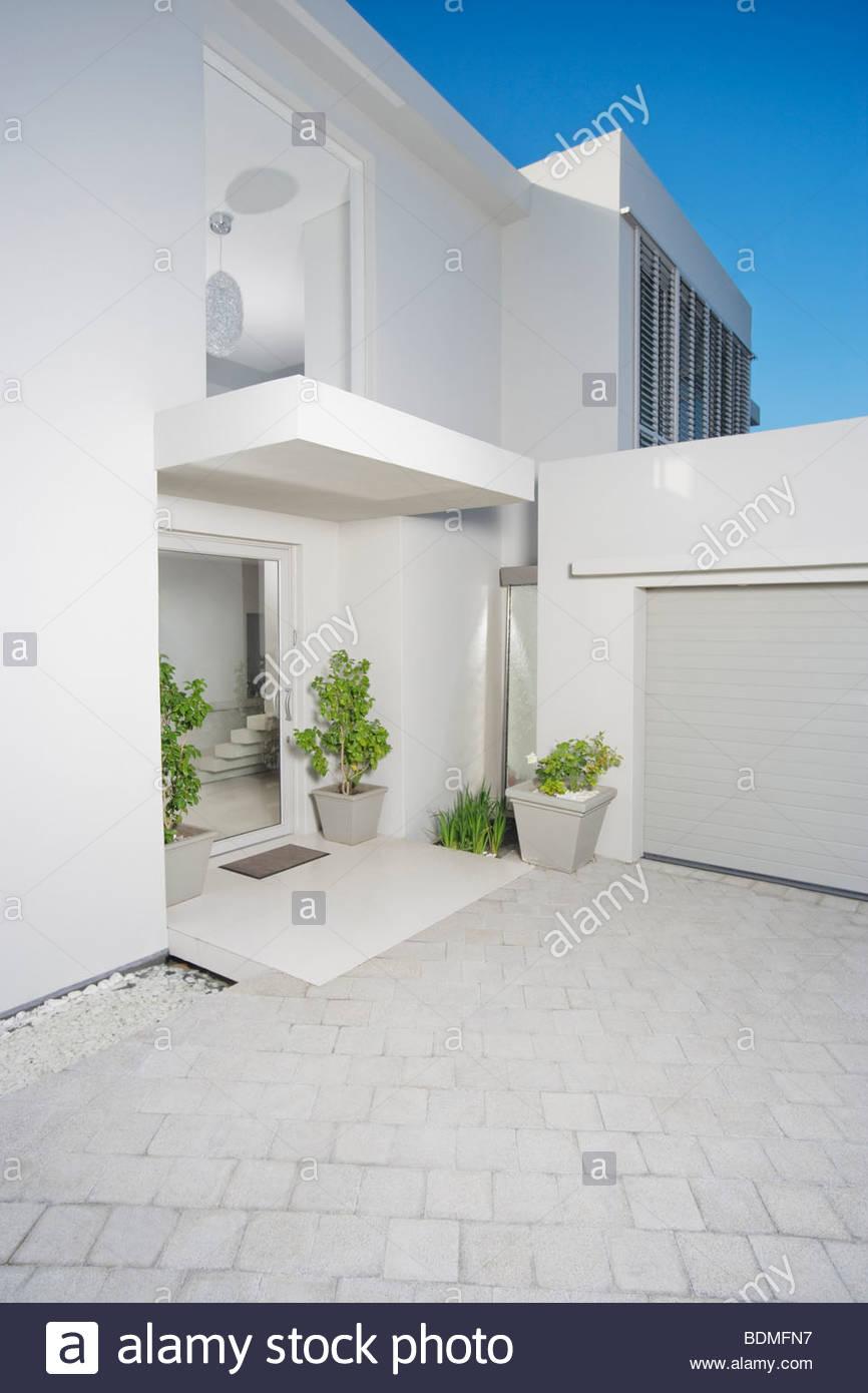 Ingresso E Il Garage Di Casa Moderna Foto Immagine Stock 25652291