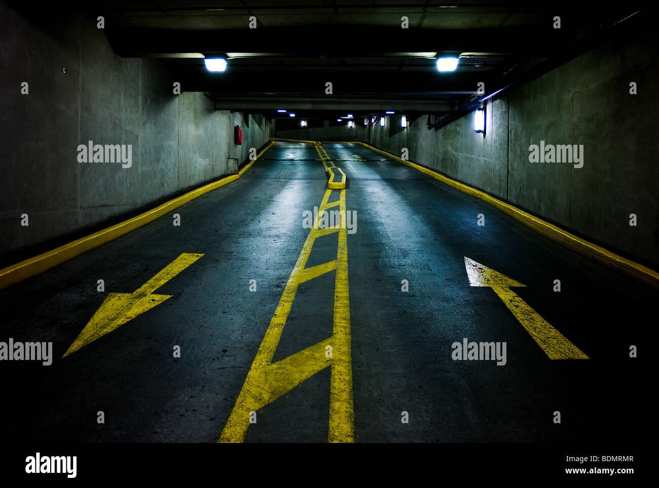 Le frecce in su e in giù in un multi-story parcheggio garage Immagini Stock
