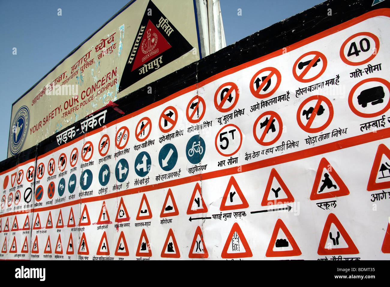 Una tabella con disegnati a mano il traffico indiano segni su una strada nella città di Jodhpur, Rajasthan, Immagini Stock